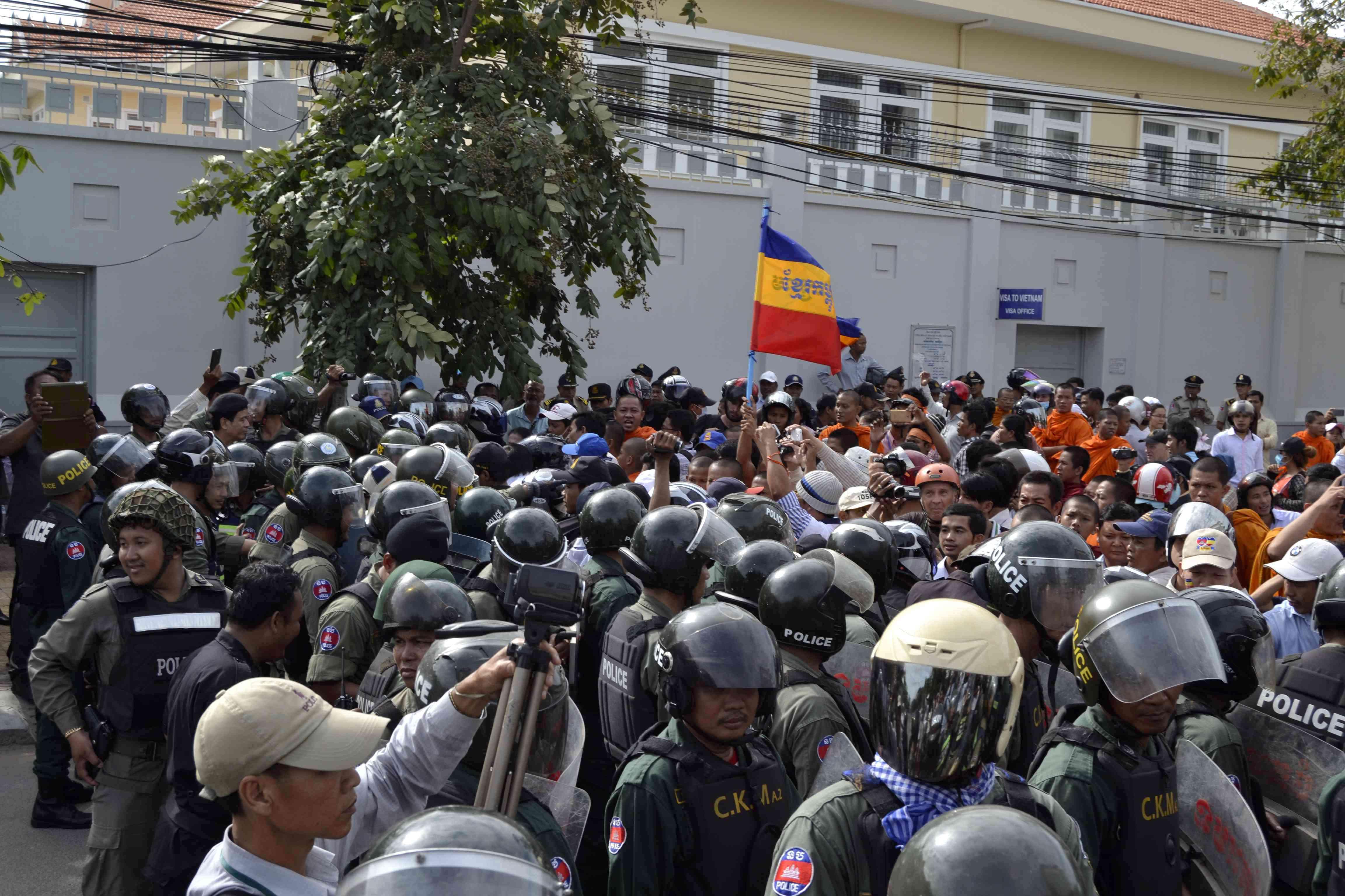 Các sư sãi và những người biểu tình tụ tập gần Đại sứ quán Việt Nam ở Phnom Penh, 13/8/14. Ảnh: Son Cheng Chon