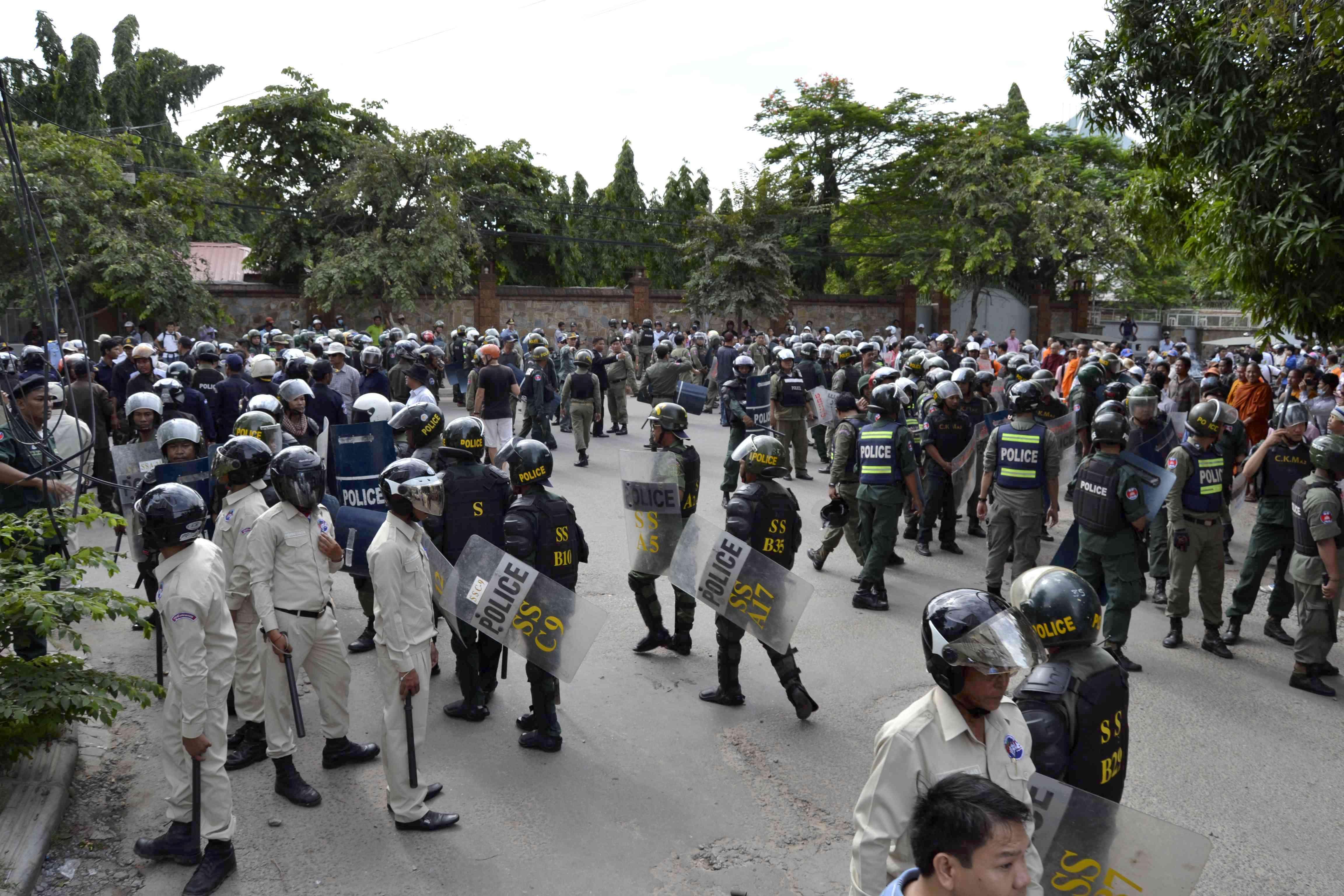 Lực lượng an ninh Campuchia đã giải tán nhà sư và người ủng hộ tổ chức một cuộc biểu tình phản đối Việt Nam trước Ðại sứ quán Việt Nam tại Phnom Penh, ngày 8/7/2014. Ảnh: Son Cheng Chon