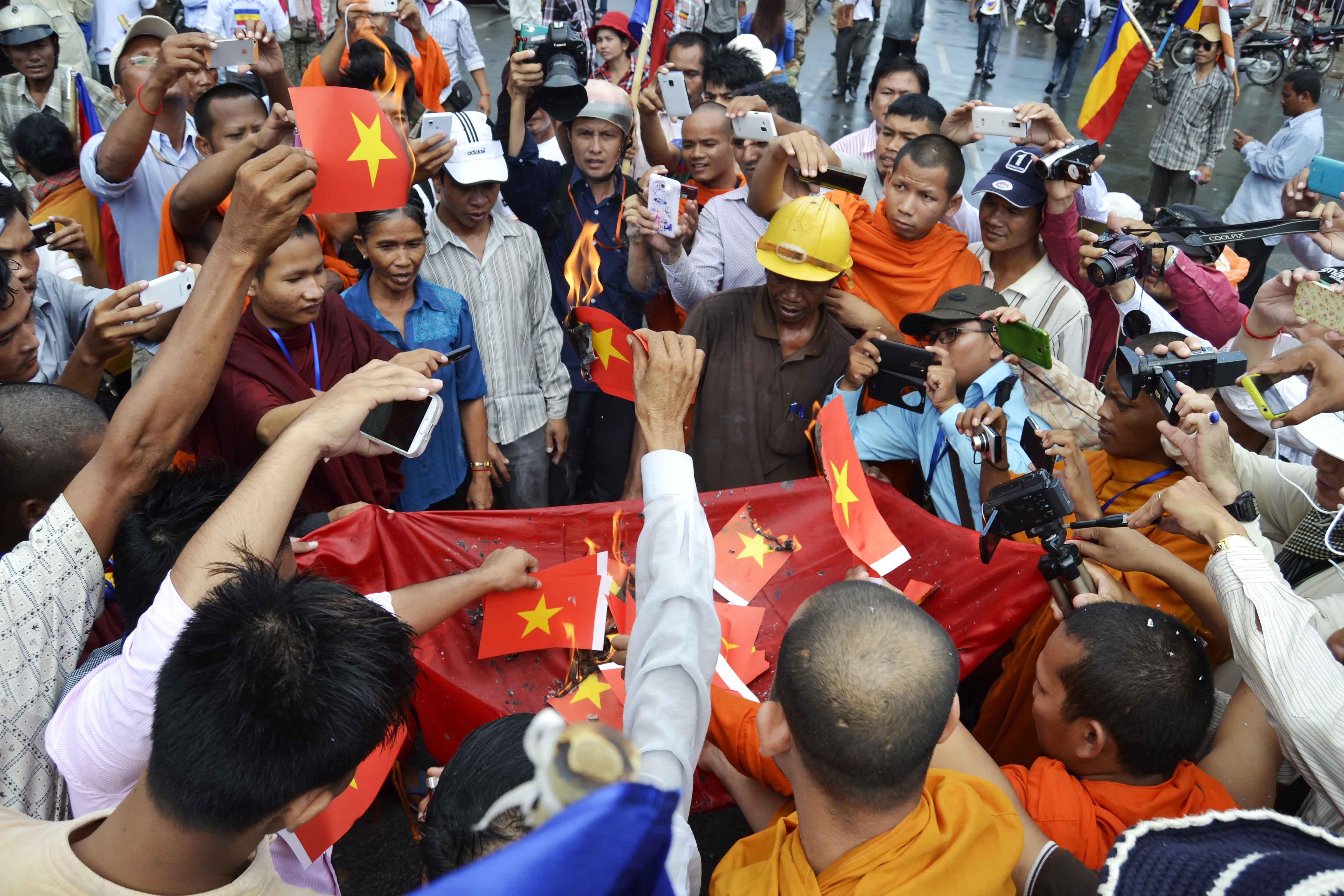 Đốt cờ và nón lá trong biểu tình chống VN