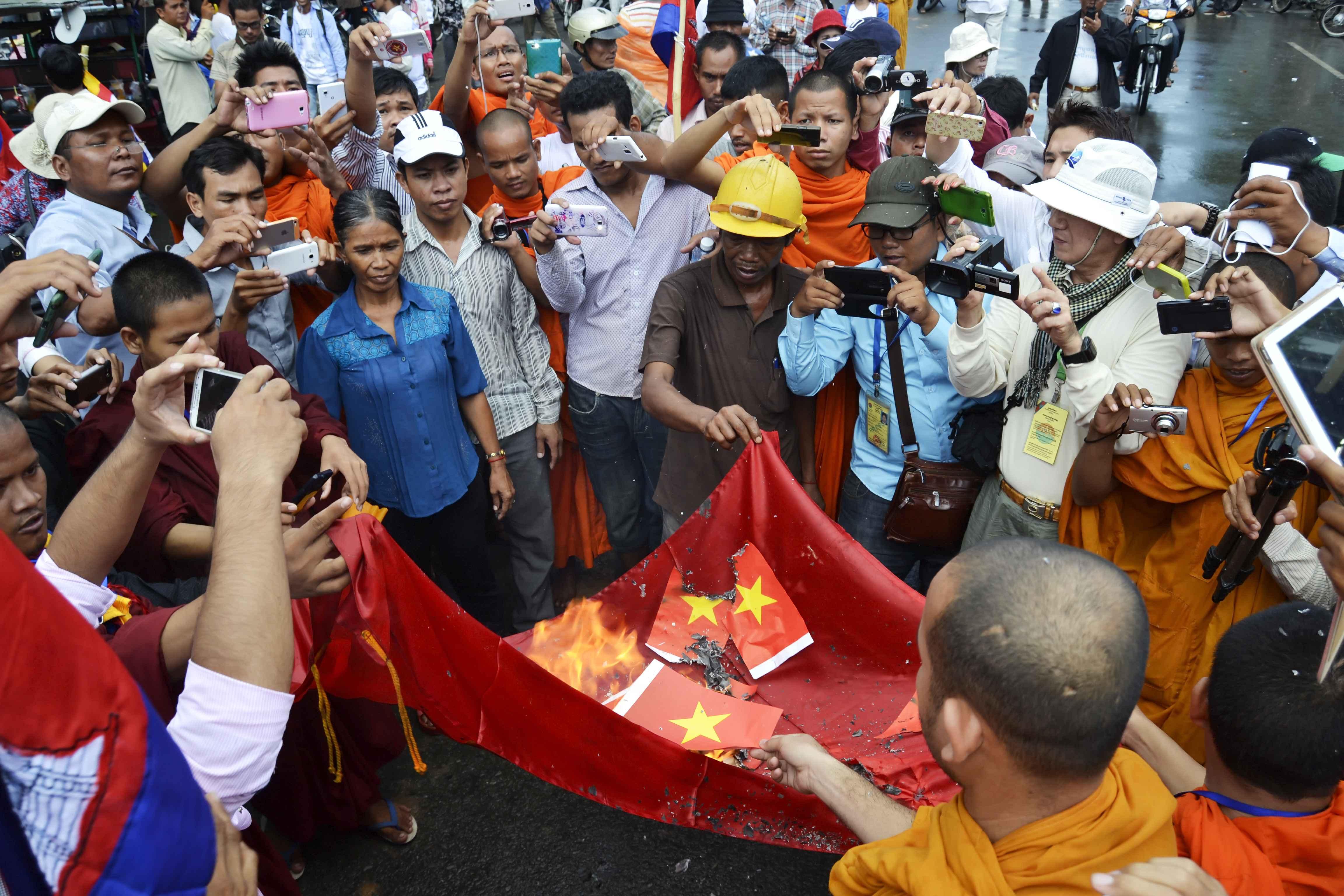 Cộng đồng Khmer Krom ở Phnom Penh đã tổ chức một số cuộc biểu tình trước tòa đại sứ Việt Nam để đòi xin lỗi, và dọa sẽ tiếp tục biểu tình cho tới khi có phản hồi chính thức của chính quyền cả Việt Nam và Campuchia. Ảnh: Son Cheng Chon