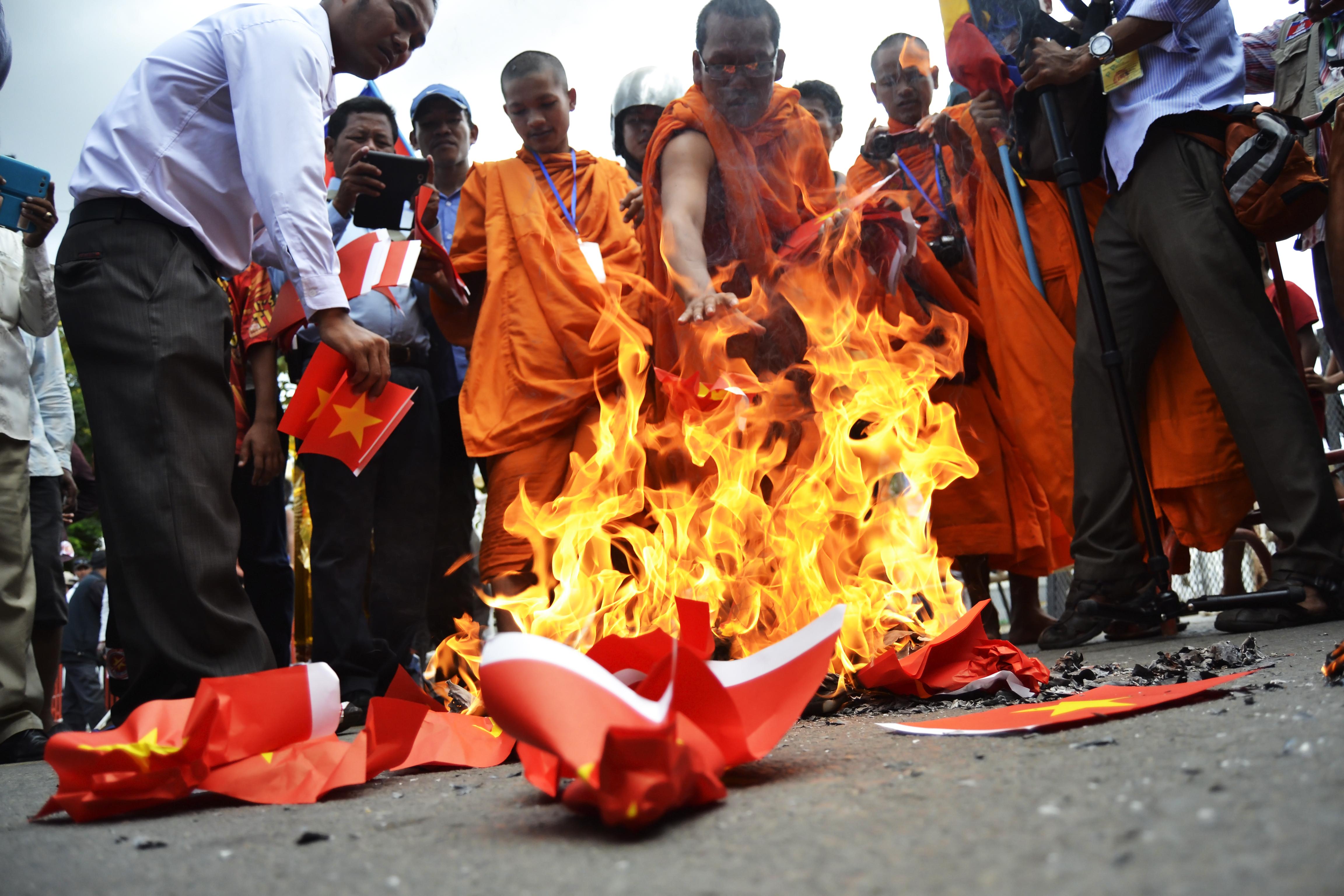Hình ảnh đốt cờ Việt Nam đang được lưu truyền trên Facebook. Ảnh: Son Cheng Chon
