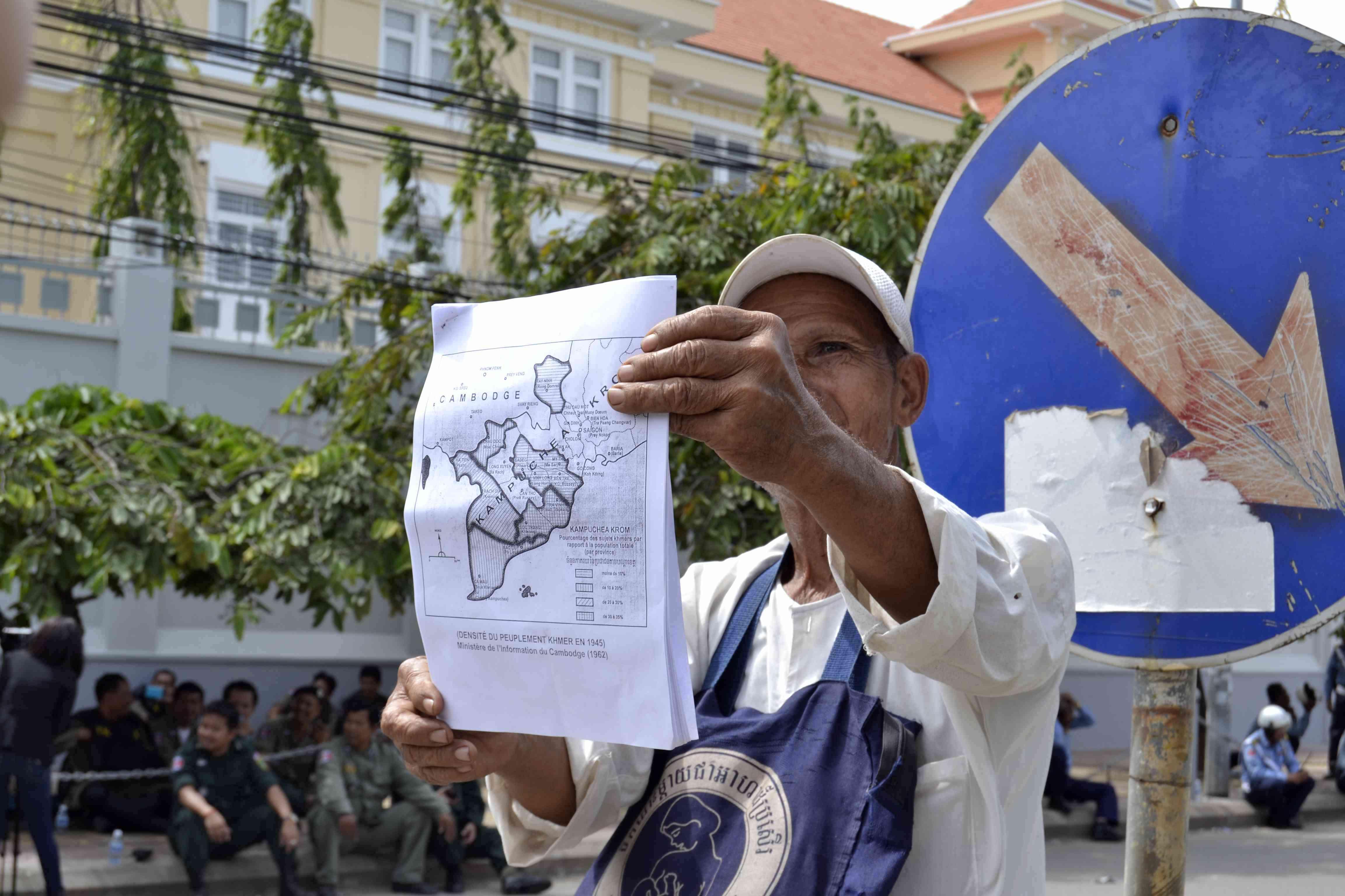 Người dân Khmer Krom biểu tình trước Đại sứ quán Việt Nam ở Phnom Penh, hồi tháng 7. Ảnh: Son Cheng Chon