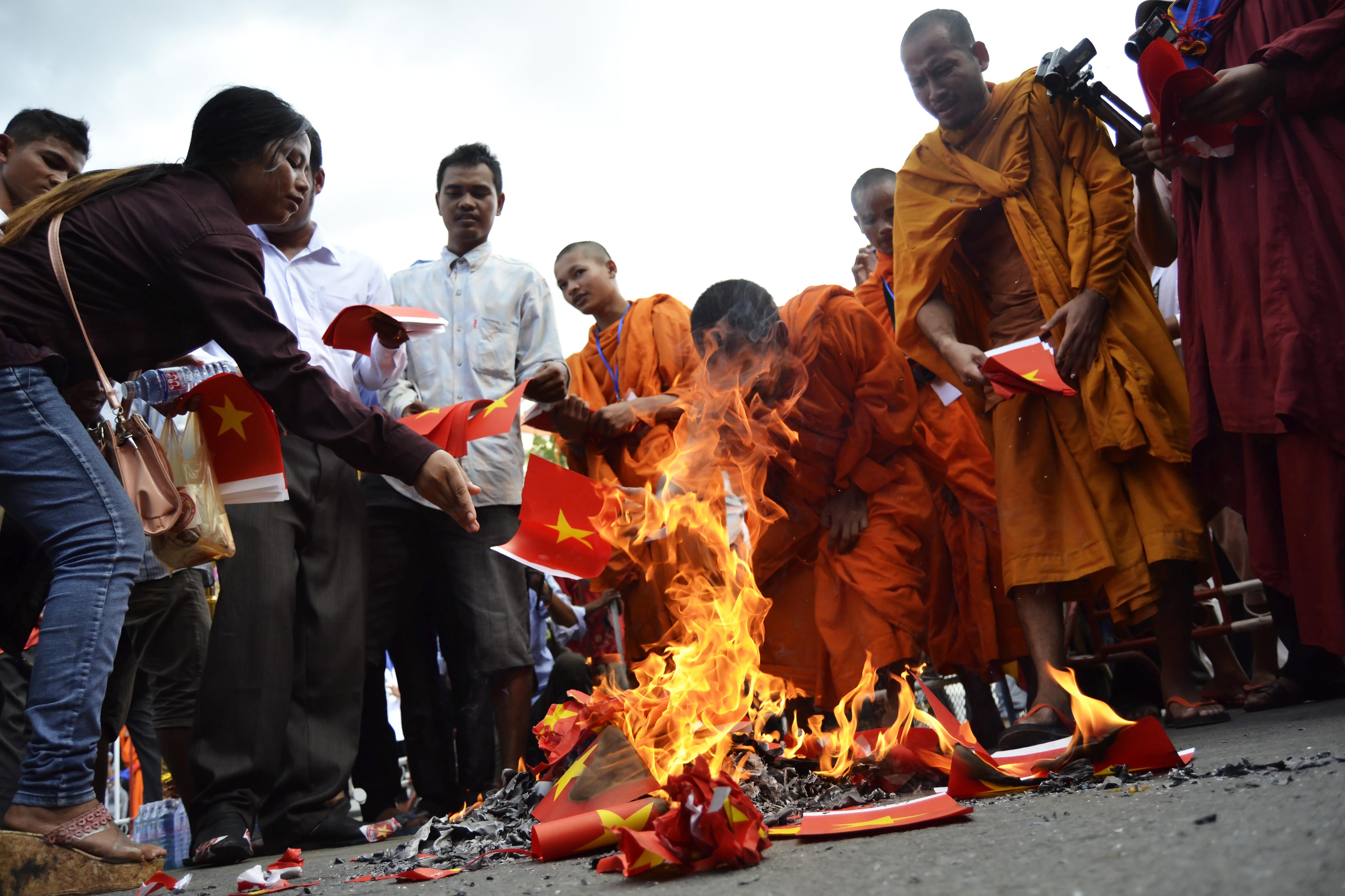 VN phản đối việc đốt cờ đỏ sao vàng