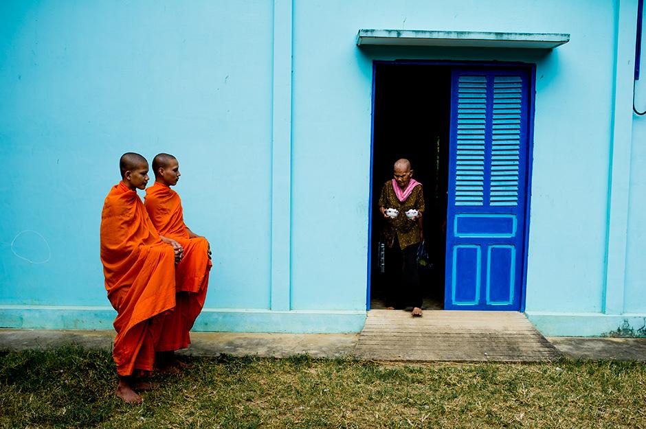 Nhà sư Khmer Krom đi khất thực ở mỗi phum, sóc. Ảnh Marco Bottigelli