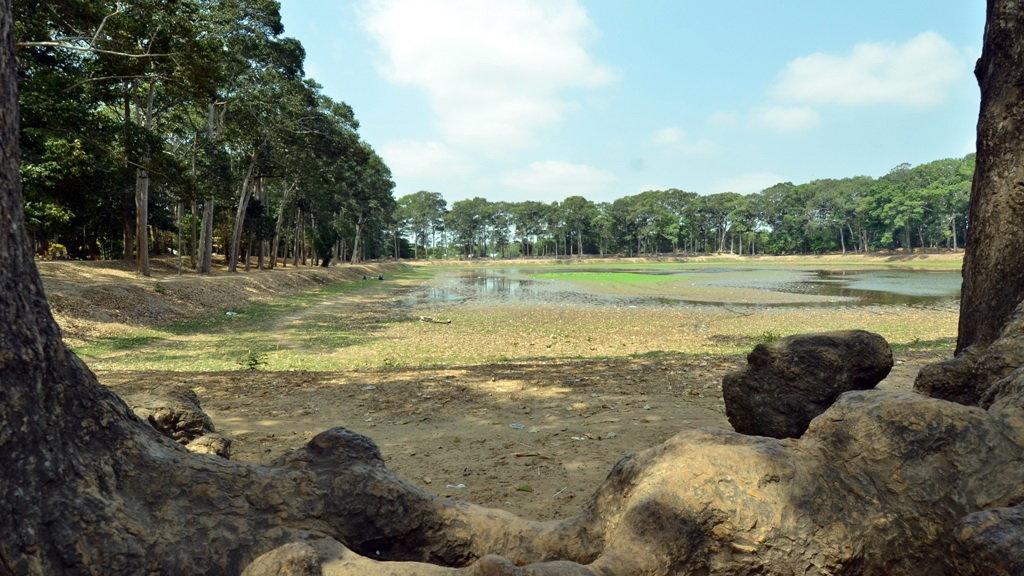 Srah Ku (Ao Bà Om) bị cạn trong tháng 3 năm 2016.