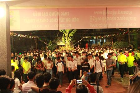 Các sinh viên đã cùng nhau múa hát rộn ràng điệu múa truyền thống quen thuộc của đồng bào dân tộc Khmer mừng Chol Chnam Thmay