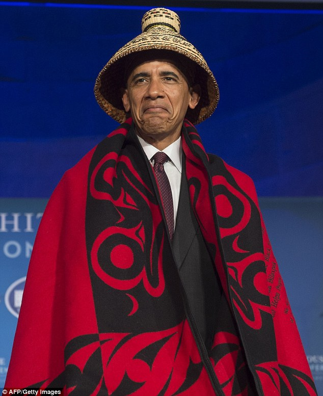 Tổng thống Obama được thổ dân Mỹ tặng chăn và mũ