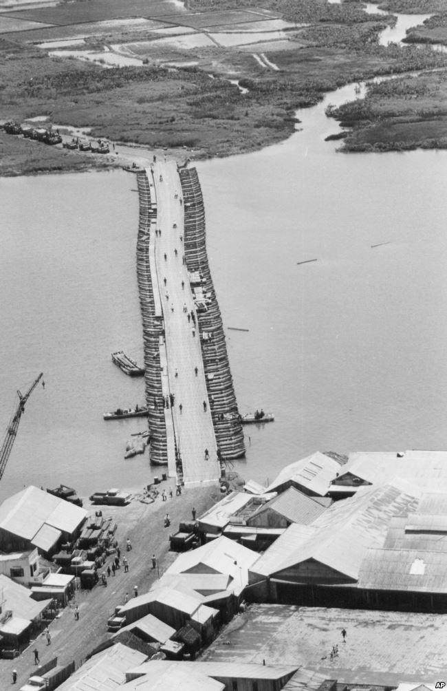 Tư liệu - Công binh Lục quân Mỹ đang hoàn tất sửa chữa một cầu phao nối Sài Gòn và Đồng bằng Sông Cửu Long bị hư hại do mìn của Việt Cộng cài dưới nước, tháng 8 năm 1968.